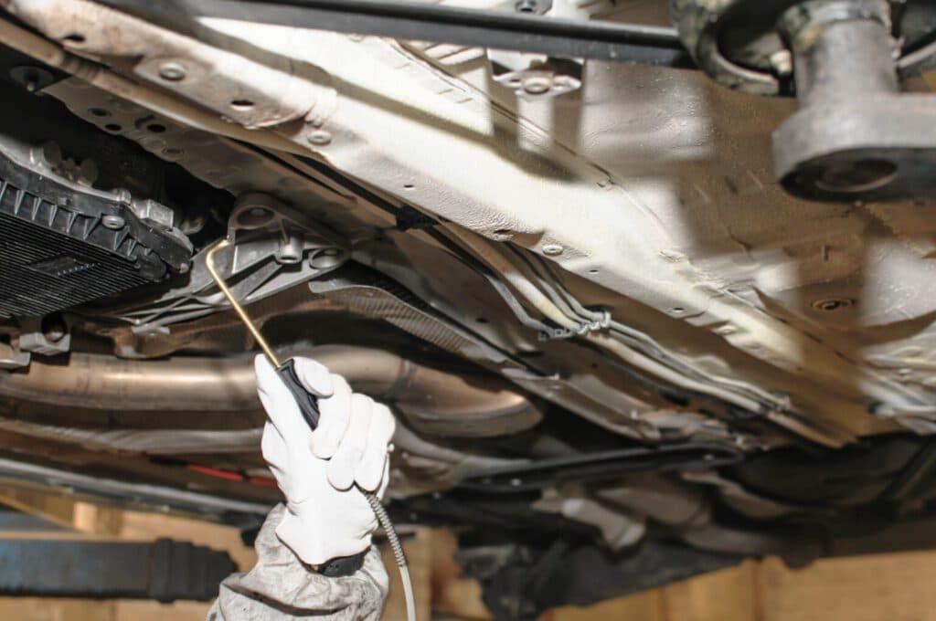 Dlaczego warto konserwować podwozie w samochodzie
